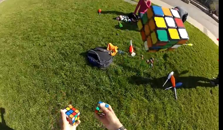 Risolvere 3 cubi di rubik da giocolieri