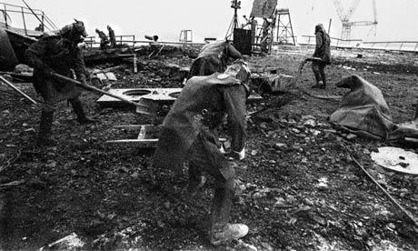 Workers-remove-radioactiv-001