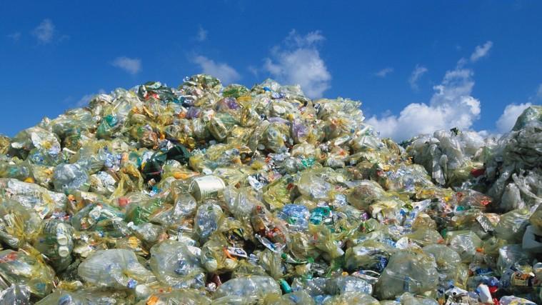 """Riciclare la """"plastica"""": perchè è (quasi) impossibile"""