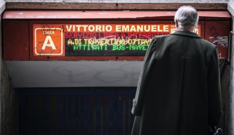 La metro a Roma: nel dubbio, sbrighete.