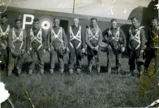 Tause_heltern_Parachute_training_ca_1940__Wallis_Jackson_2nd_right_None