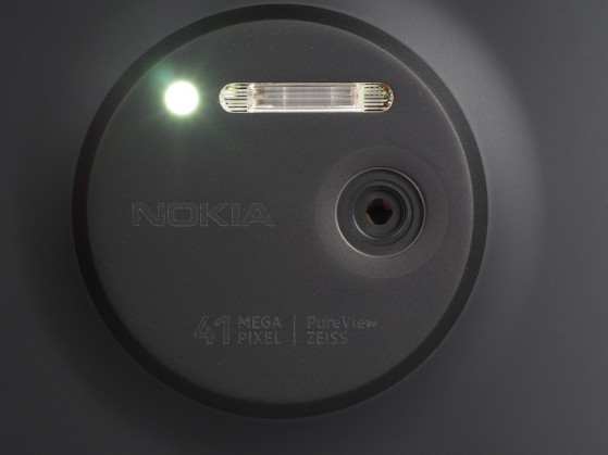 highres-Nokia-Lumia-1020-Black-lens-open-af-light_1379685403