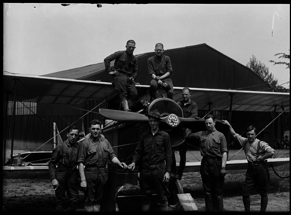 Pioneering_mechanics_of_the_US_Air_Mail_Service_1918