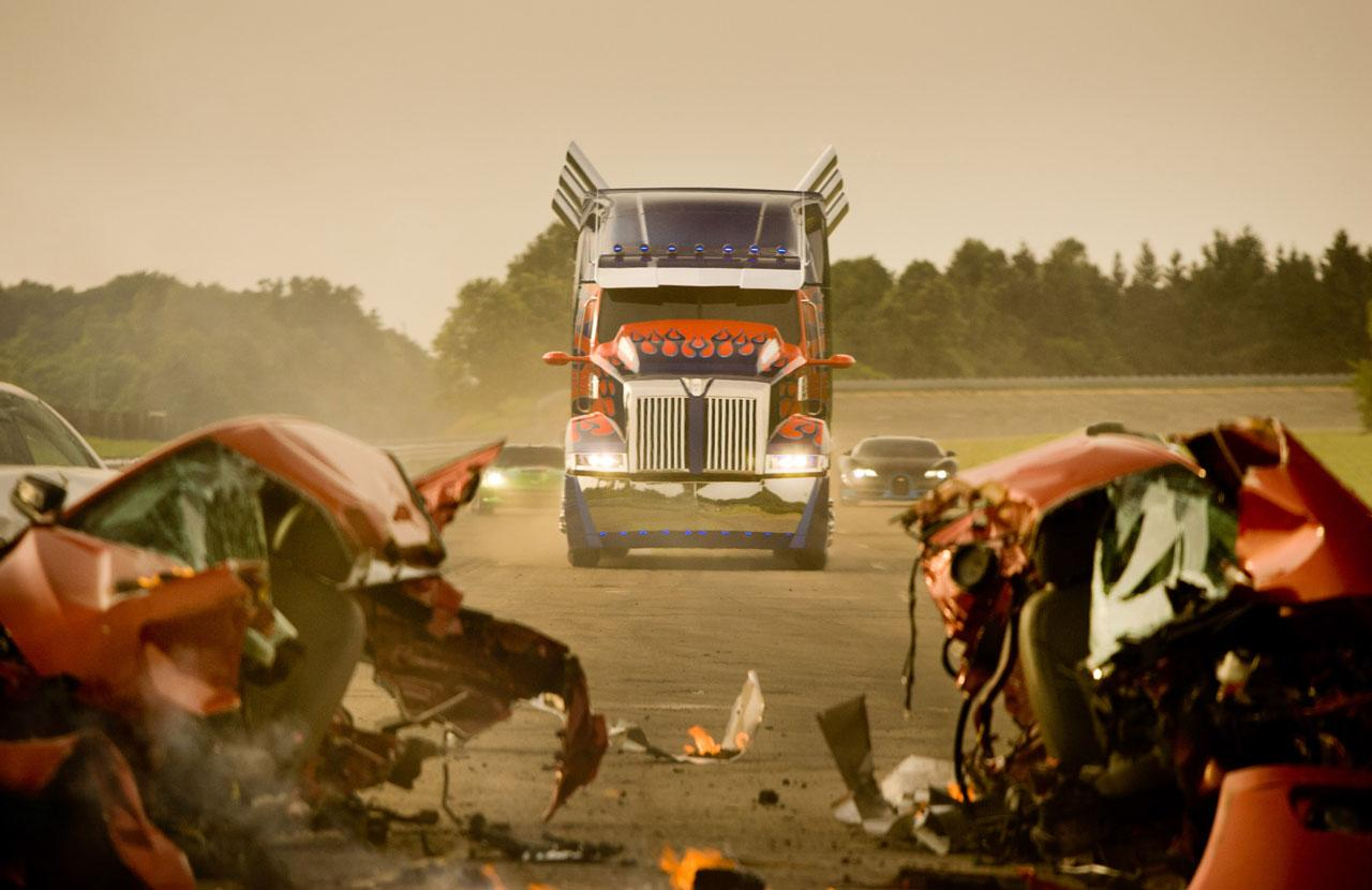 Transformers: Rise of the Beasts - Optimus Prime in un video dal set