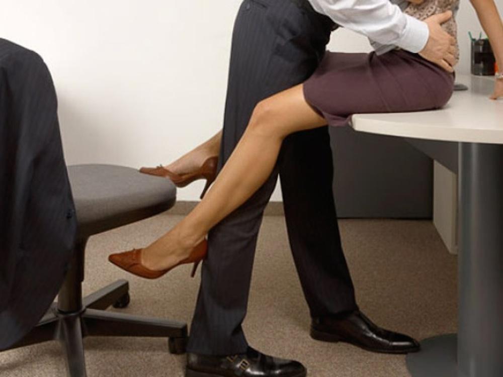 chto-delaet-pod-stolom-sekretarsha