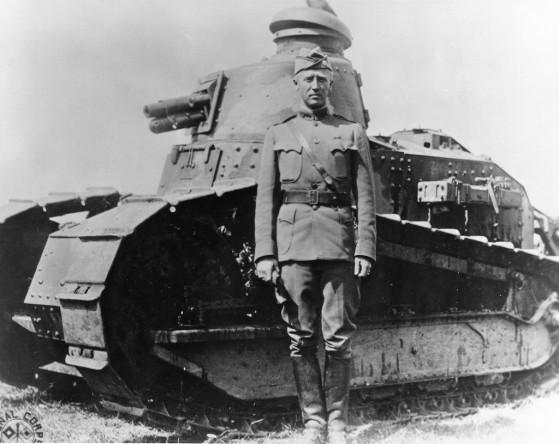 Patton immortalato vicino ad uno dei primi carri armati impiegati in guerra.