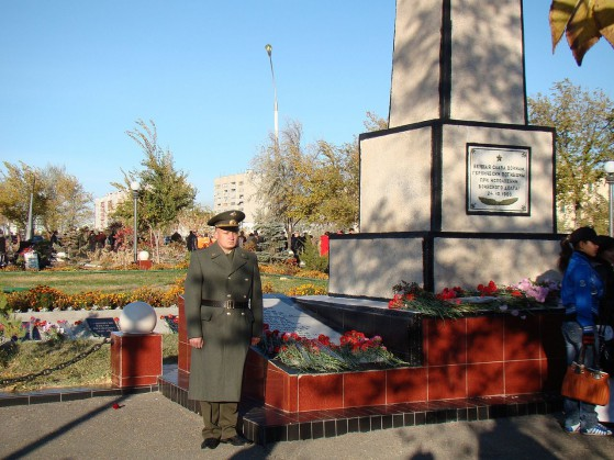 Guardia d'onore presso il monumento ai caduti del disastro di Nedelin, a Baikonur.