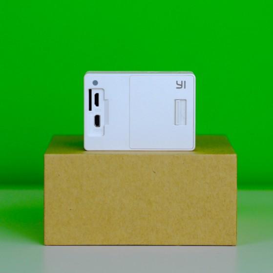 Sul retro sono presenti una porta microUSB, una microHDMI, la porta per la microSD, l'alloggiamento della batteria e un terzo led di cortesia.