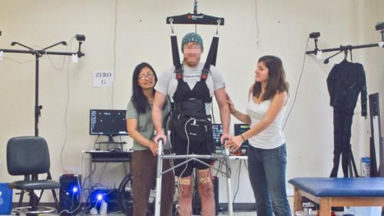Uomo paralizzato che cammina grazie ad un'interfaccia Bluetooth