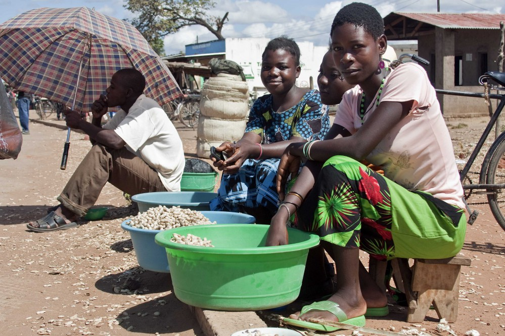 Women_in_Salima_District,_Malawi