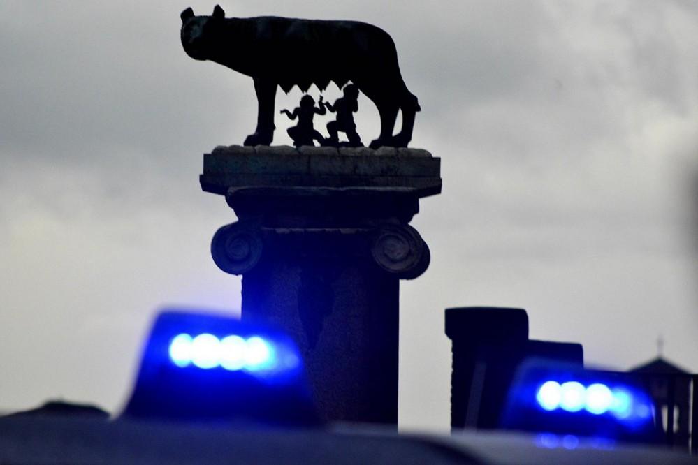 Mafia Roma, la lupa capitolina vista attraverso le luci di un mezzo dei Carabinieri