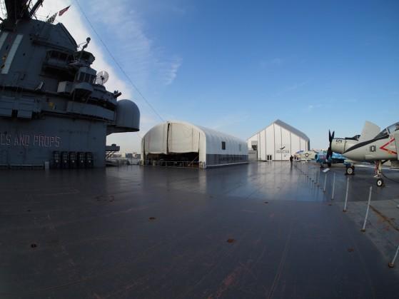 A sinistra vedete l'hangar in cui vengono restaurati o manutenuti gli aerei, mentre a destra si vede il padiglione dello Space Shuttle.