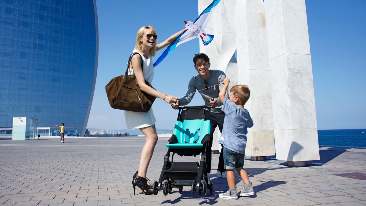 GB-Pockit-Stroller_Lifestyle_Family-with-stroller_unfolded01_3000-optimized