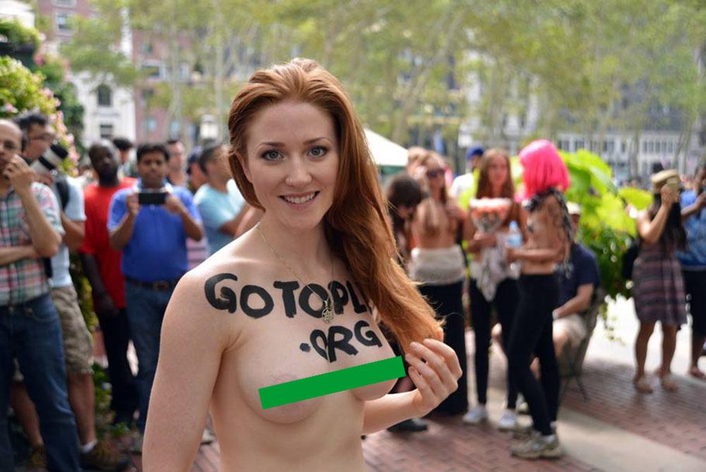 Tutti in topless in nome degli alieni