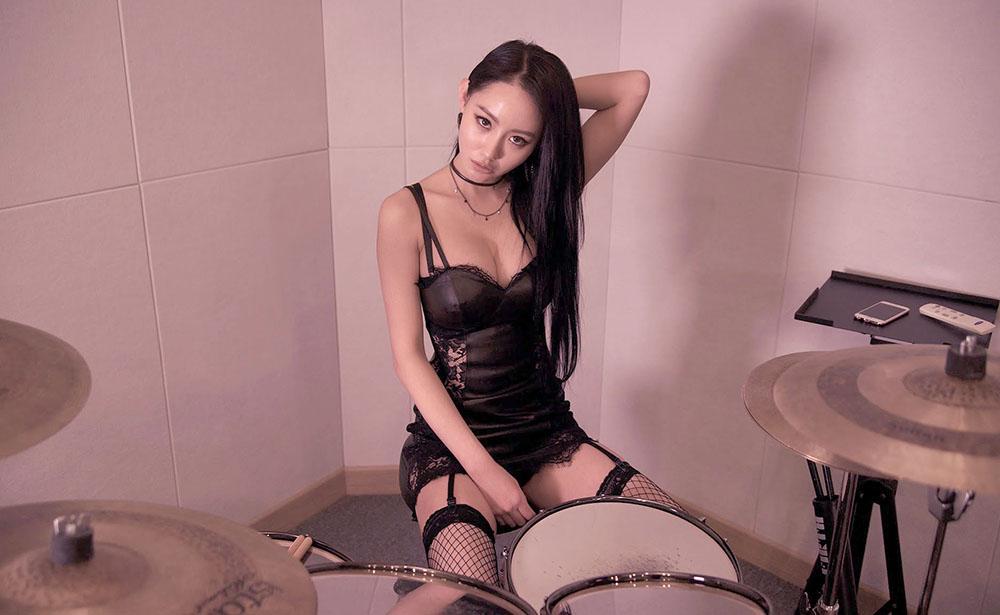 A Yeon, la batterista in lingerie