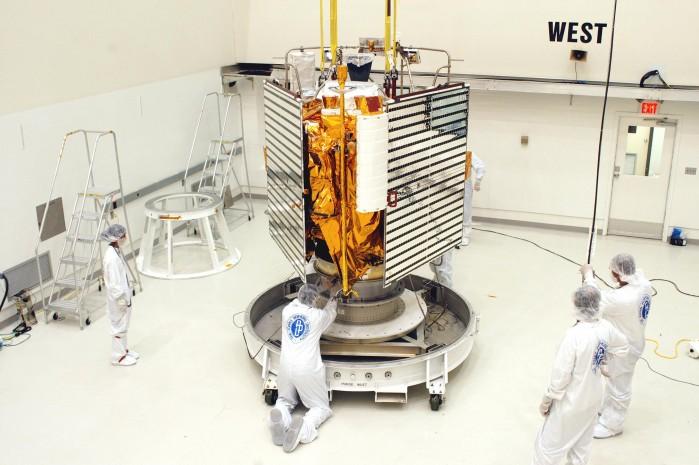 Tecnici preparano Messenger prima del lancio