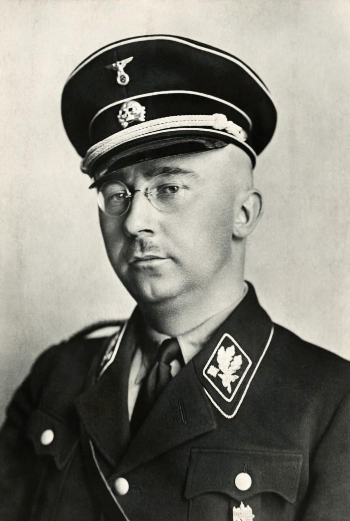 Heinrich Luitpold Himmler (Monaco di Baviera, 7 ottobre 1900 – Luneburgo, 23 maggio 1945) è stato un militare e criminale di guerra tedesco, Reichsführer delle Schutzstaffel dal 1929, comandante della polizia dal 1936 e delle forze di sicurezza del Terzo Reich (Reichssicherheitshauptamt (RSHA) o Ufficio centrale della sicurezza del Reich) dal 1939. Nel 1943, venne nominato ministro dell'Interno del Reich. Catturato dalle forze inglesi per essere giudicato come criminale di guerra dal Tribunale militare internazionale di Norimberga, si diede la morte con del cianuro il 23 maggio 1945. Fu uno dei maggiori responsabili della Germania nazista per l'instaurazione del cosiddetto nuovo ordine nazionalsocialista. (via Wikipedia)