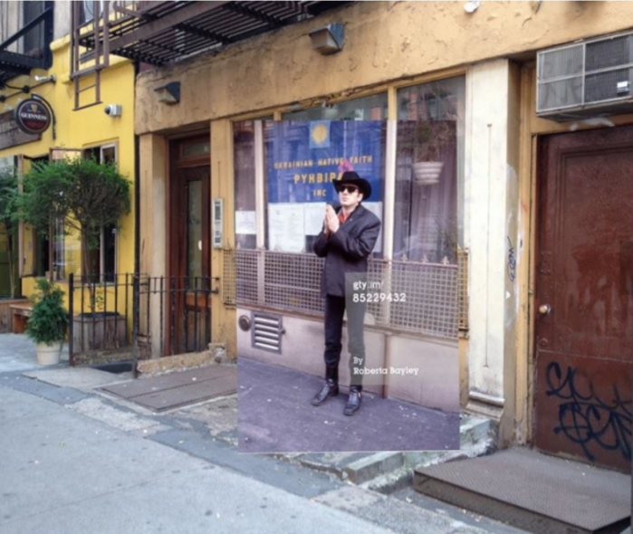 In questo scatto del 1980, ad opera di Roberta Bayley, Joe Strummer è di fronte all'Ukranian Native Faith Office, al 116 St. Mark's Place, nell'East Village di New York.