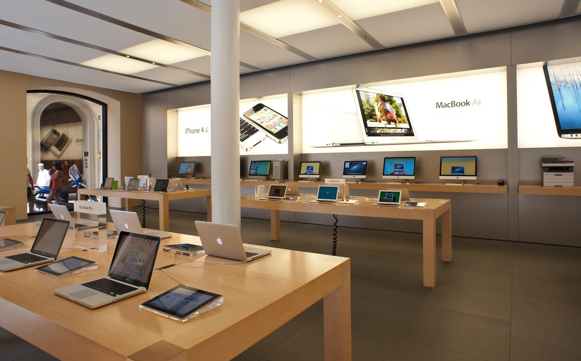 Francia: un ragazzo entra in un Apple Store e distrugge tutto