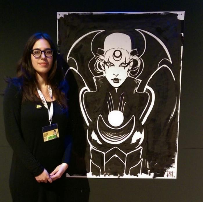 L'artista Francesca Ciregia in posa con la sua creazione. tecnica molto interessante.