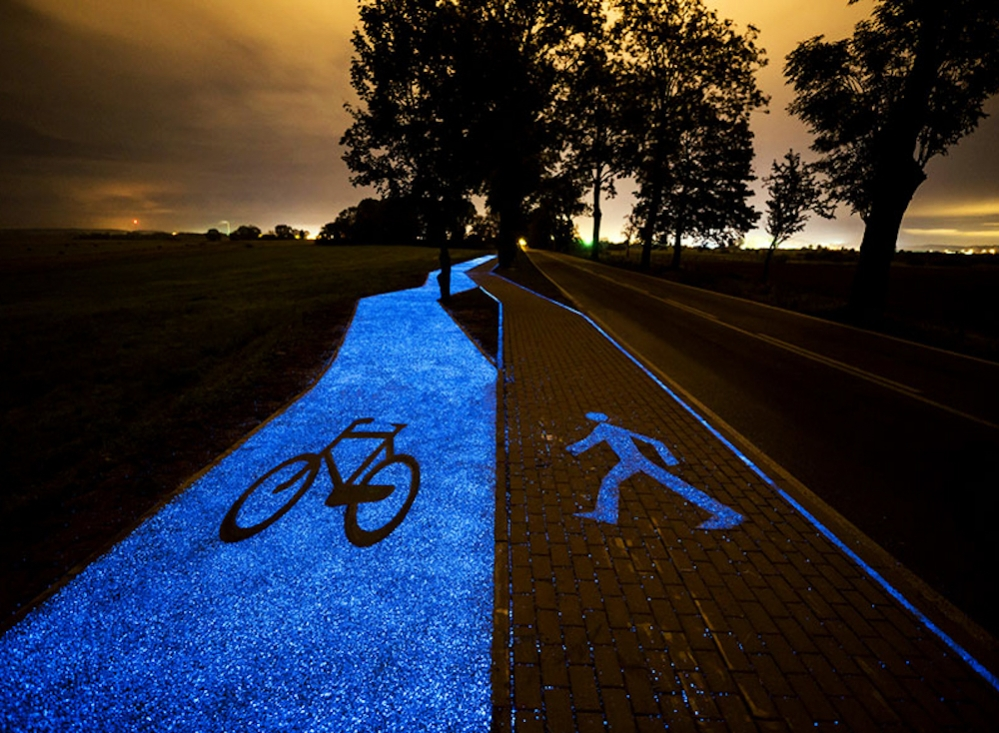 glowing-blue-bike-lane-tpa-instytut-badan-technicznych-poland-designboom-newsletter