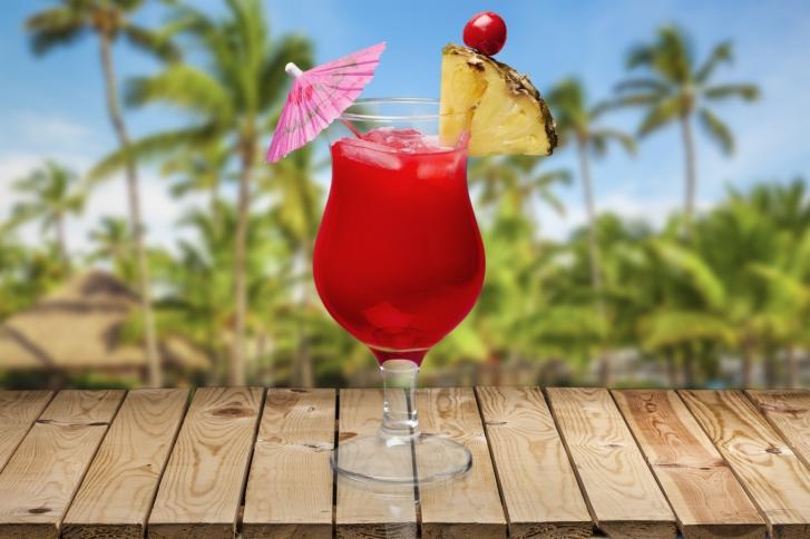 Un ombrellino da cocktail sulla spiaggia