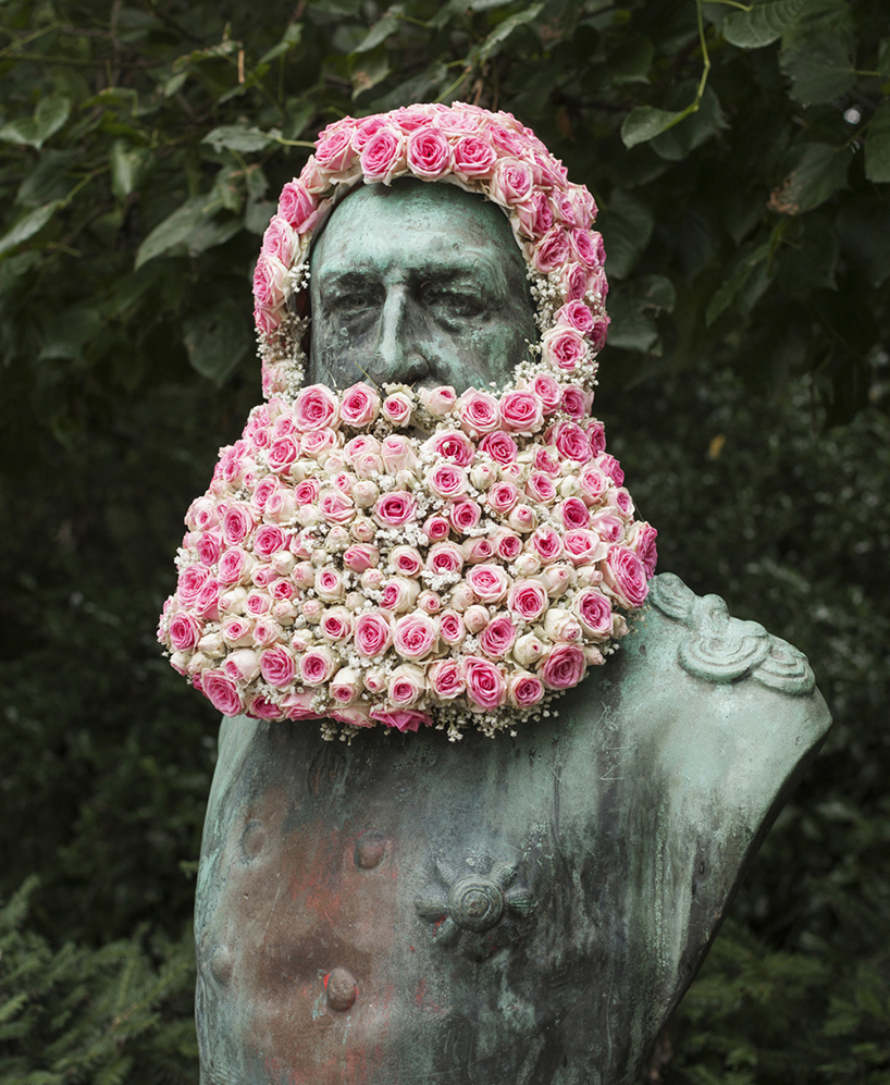 Statue pubbliche decorate con barbe floreali