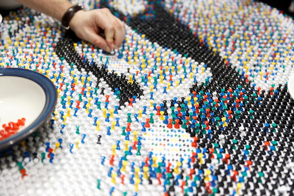scorcio del tavolo con puntine da disegno