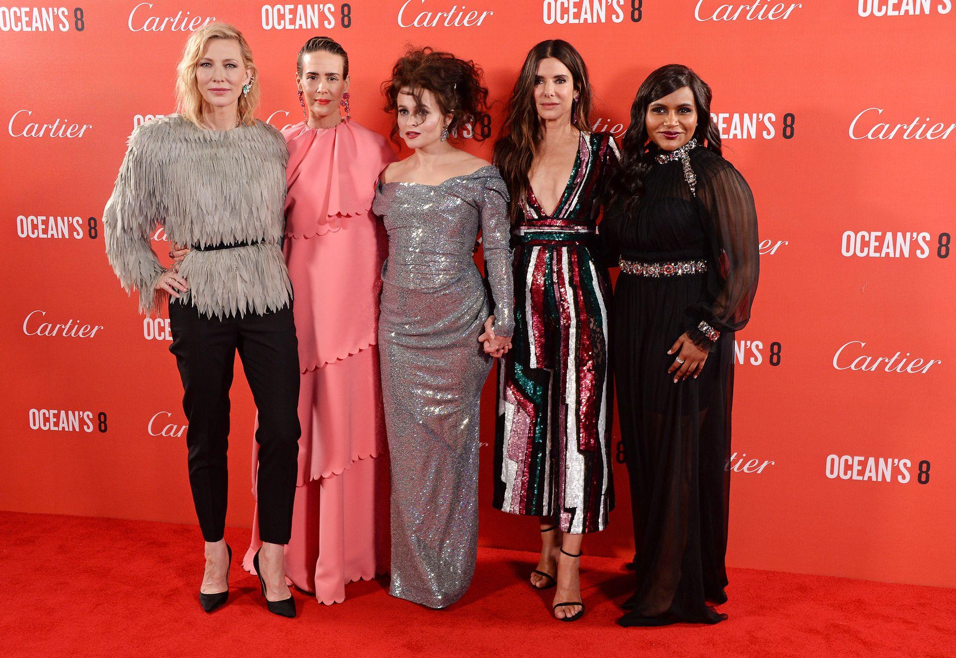 """Ocean's 8 il red carpet a Londra, Sandra Bullock: """"Divertirsi è un modo per sconfiggere la paura"""""""