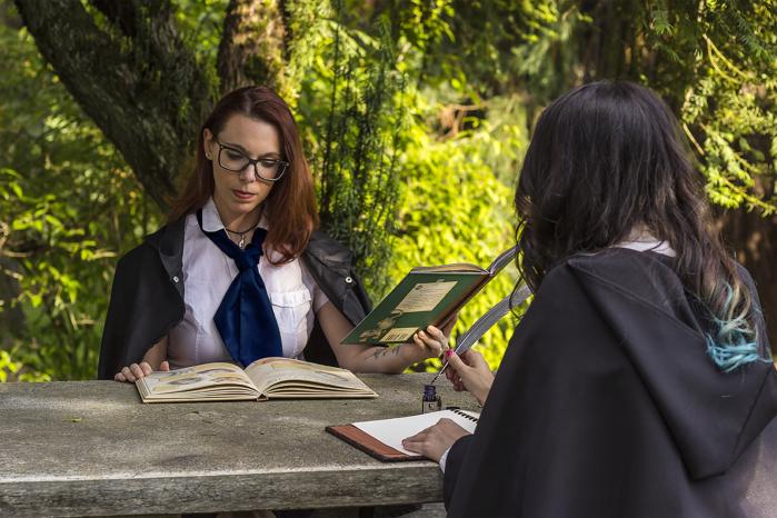 Studentesse di Ambrolumio studiano nel parco