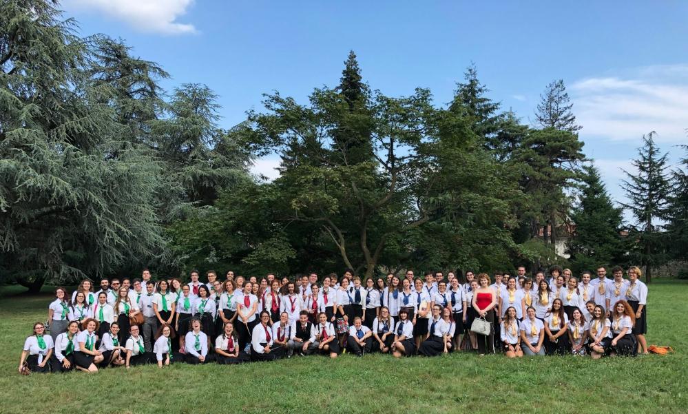 Gli studenti della Wizard Academy con Marina Lenti nel parco di Ambrolumio