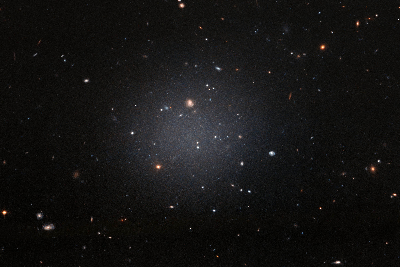 Un ricalcolo della distanza svela il mistero della galassia senza materia oscura