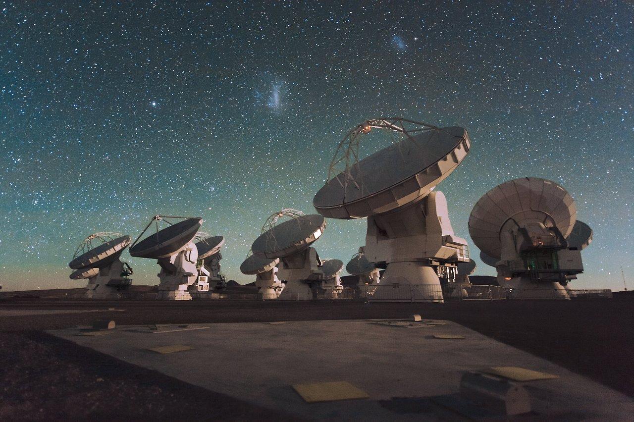 Scoperte antiche galassie massicce collegate da buchi neri supermassicci