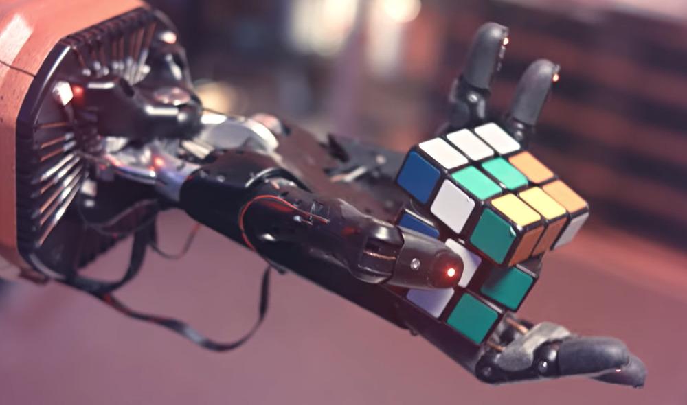 Il robot che risolve con una mano sola il cubo di Rubik