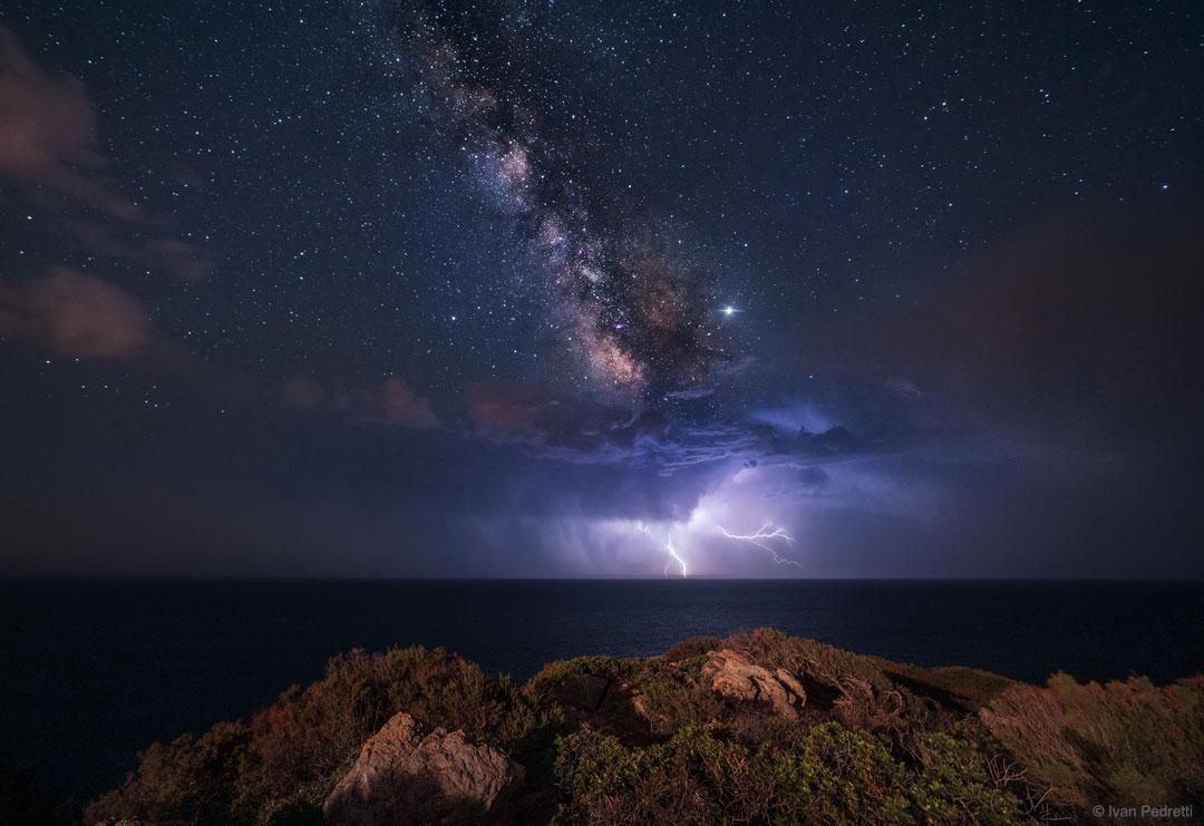 Astrofotografia: fulmini che sembrano provenire da una lontana galassia
