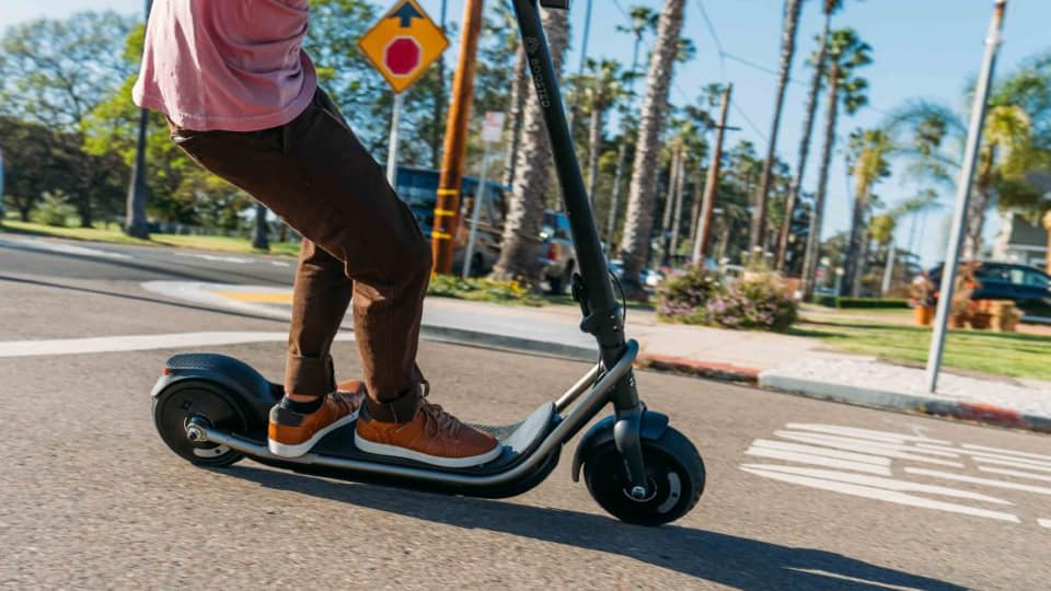 Monopattini elettrici equiparati alle biciclette nel 2020: ecco tutti gli obblighi e regole