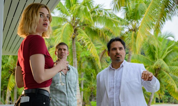 Michael Peña e Lucy Hale in una scena del film