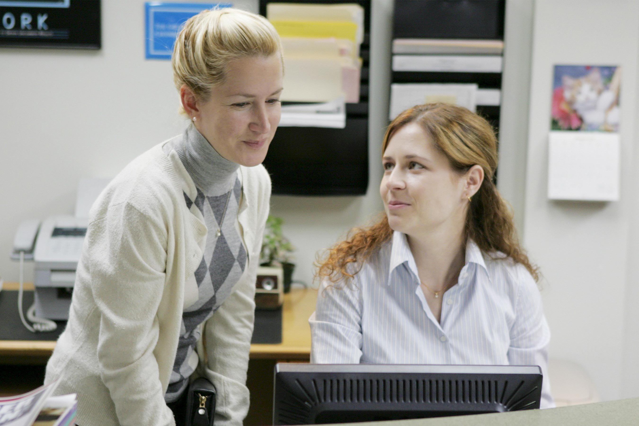 Pam e Angela di The Office hanno un nuovo podcast e stanno bingiando la serie per commentarla