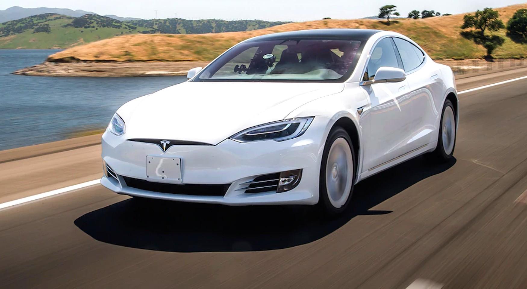 Tesla ha disabilitato da remoto la guida autonoma in una Model S acquistata usata
