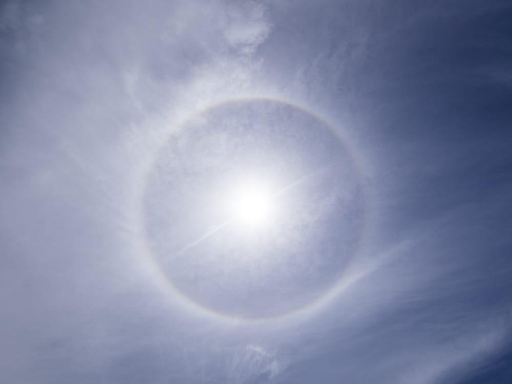 Alone di 22°: un particolare fenomeno ottico attorno al sole