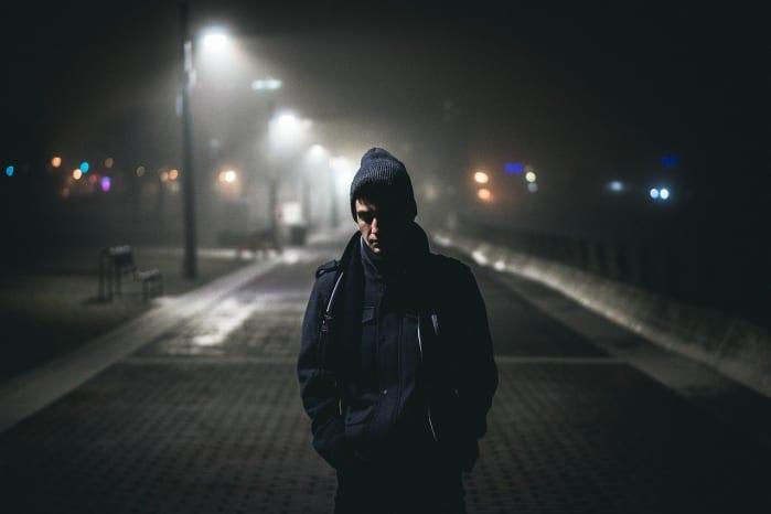 uomo in strada