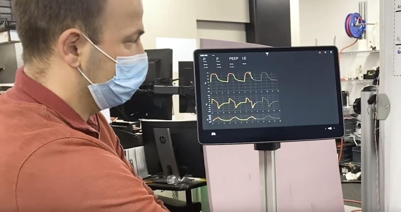 Tesla, il video di un respiratore costruito con i componenti delle auto elettriche