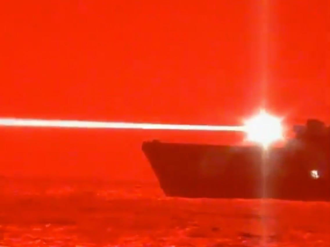 Il cannone laser anti-drone della USS Portland in azione (video)