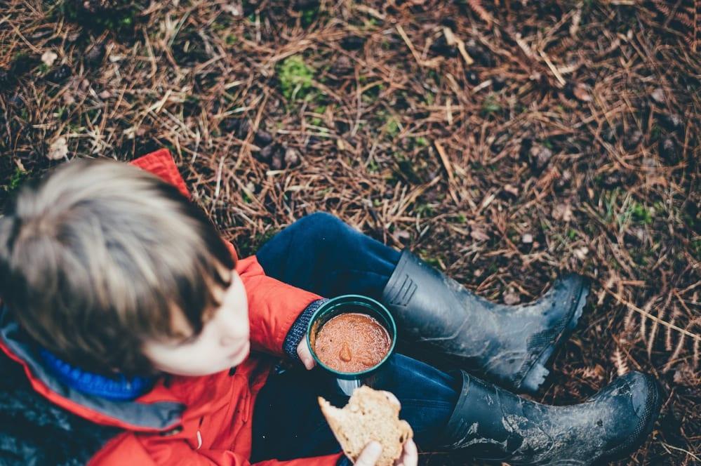 bambino che mangia all'aperto