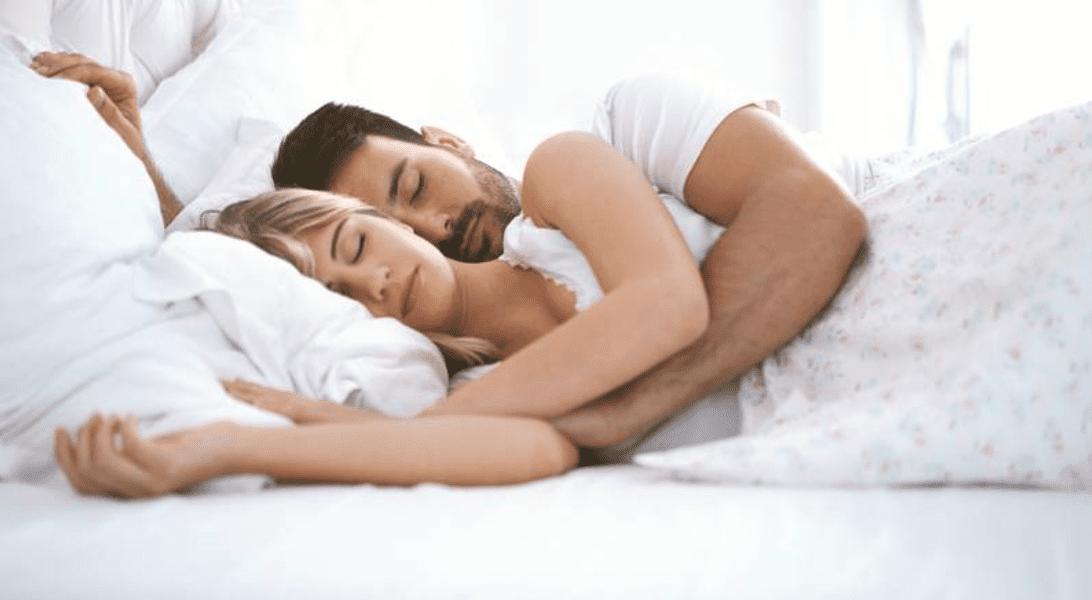Sonno: meglio dormire con un partner