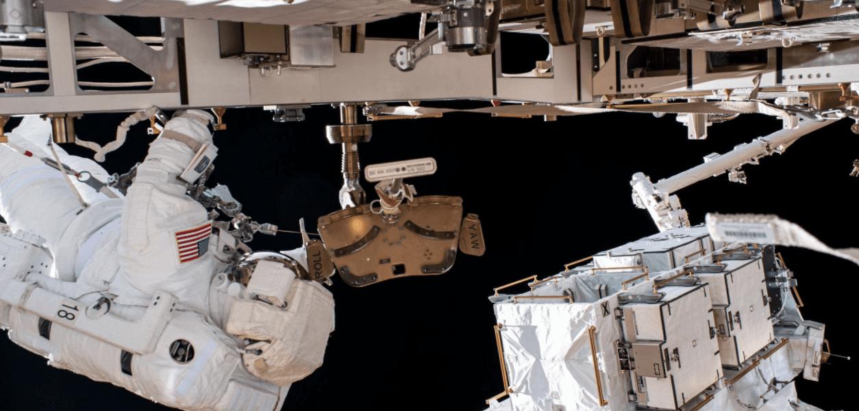 Chris Cassidy e lo specchietto perduto nello spazio