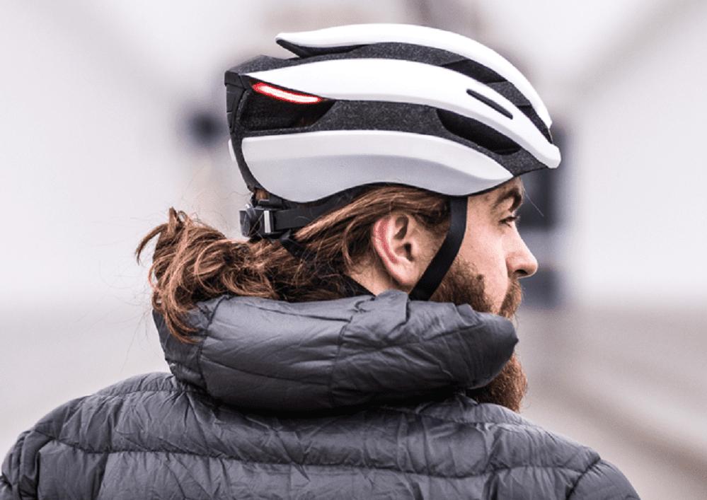 Lumos Ultra: il casco da bici smart con gesture per mettere la freccia (se hai Apple Watch)