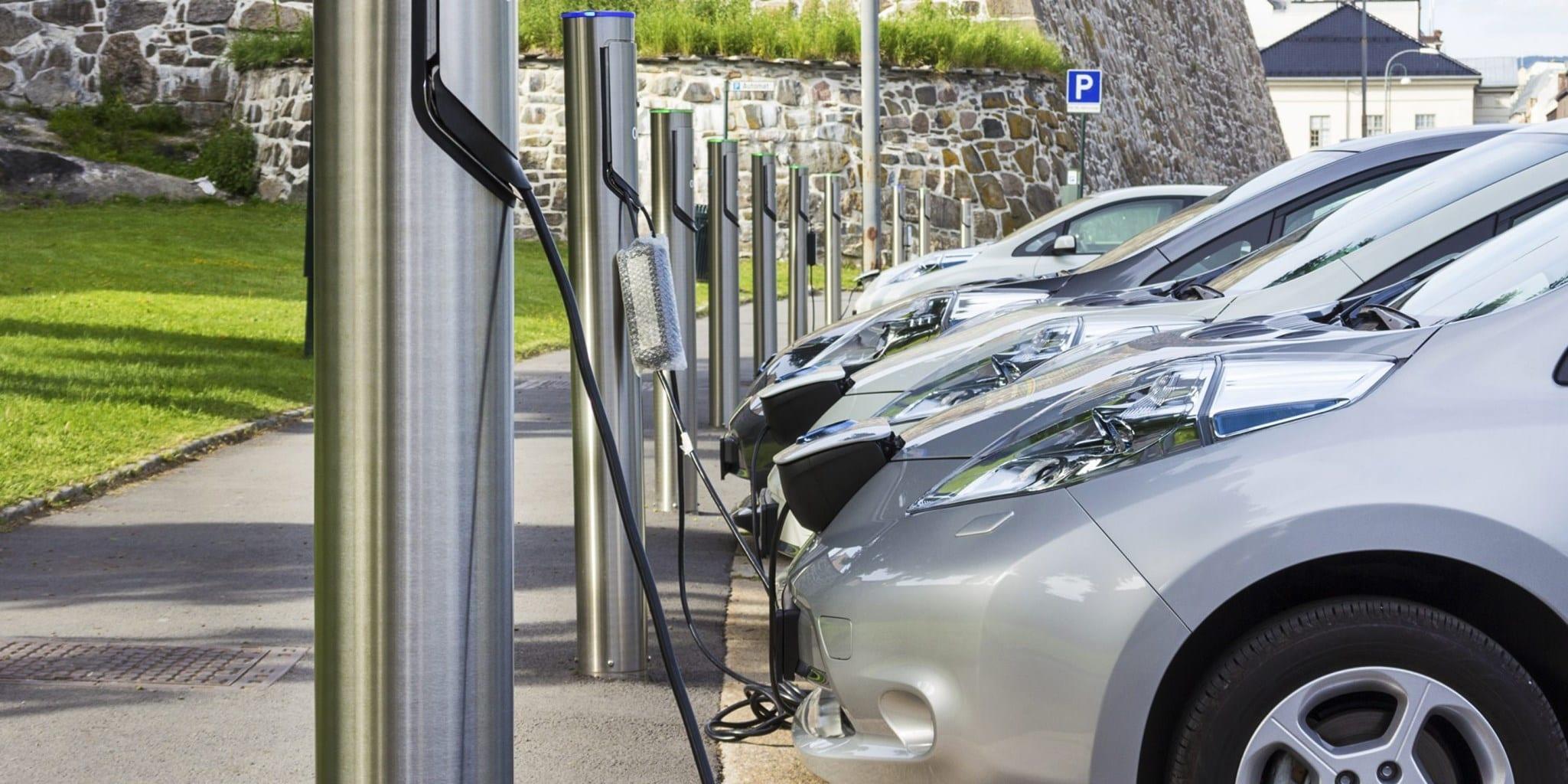 Auto elettriche, in Germania le colonnine di ricarica diventano obbligatorie in tutti i benzinai