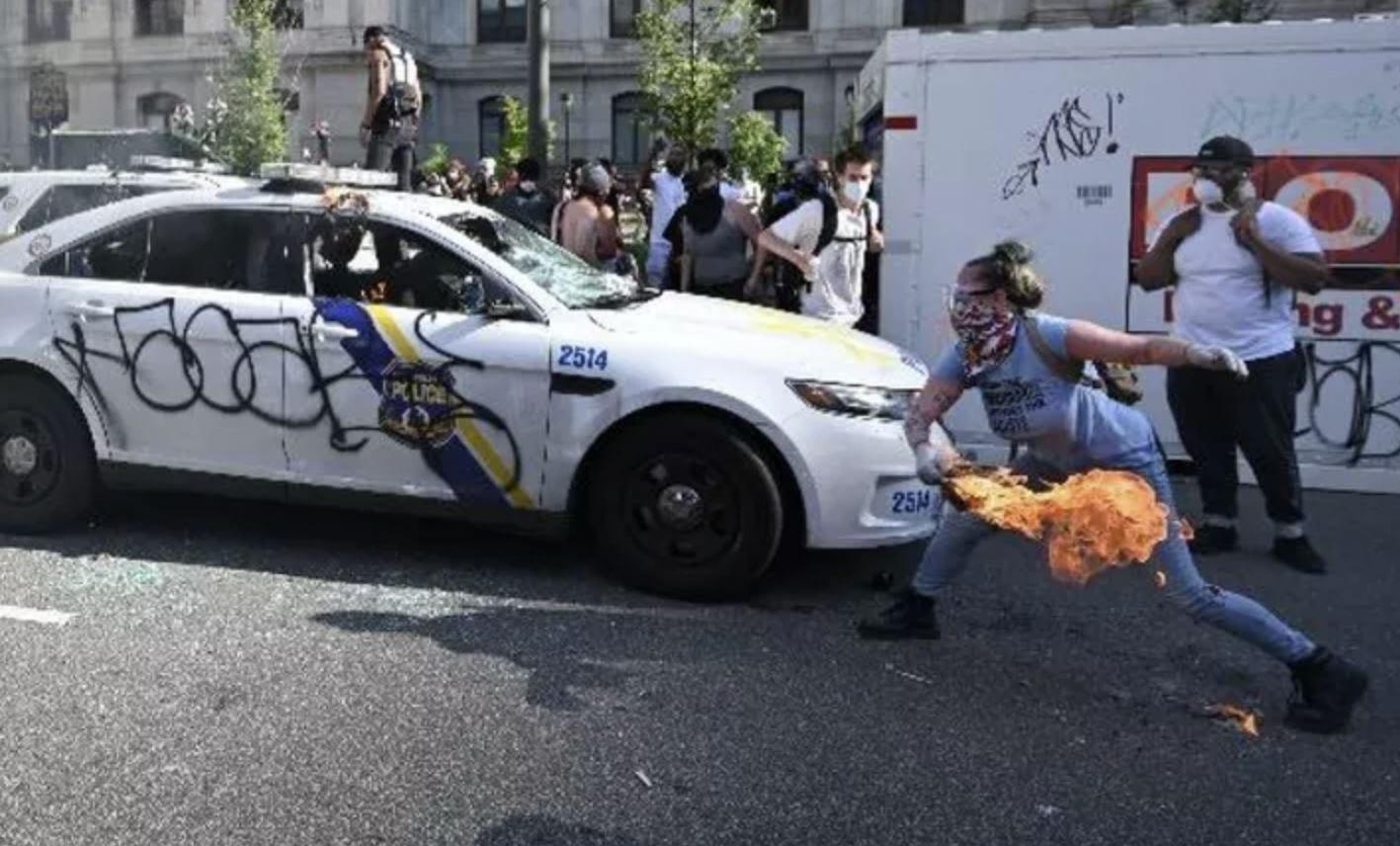 L'FBI è risalita ad una manifestante grazie ad una sua recensione su Etsy: aveva bruciato due volanti