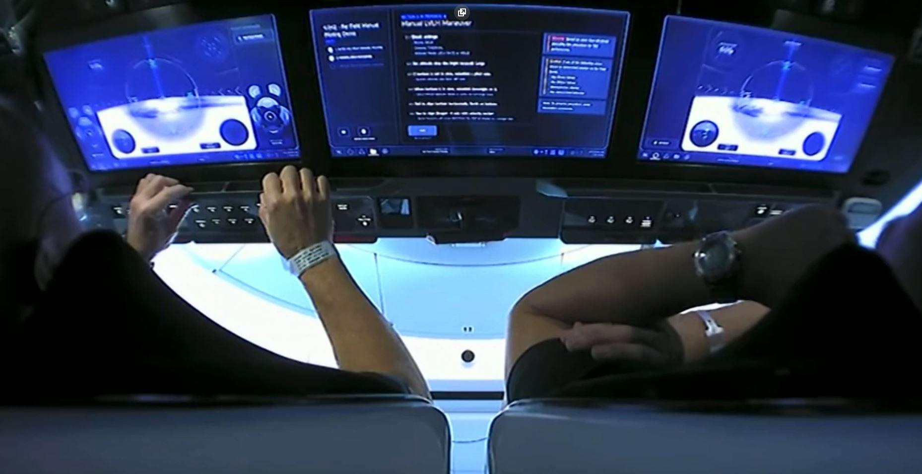 SpaceX, il video dei comandi touch a bordo della Crew Dragon